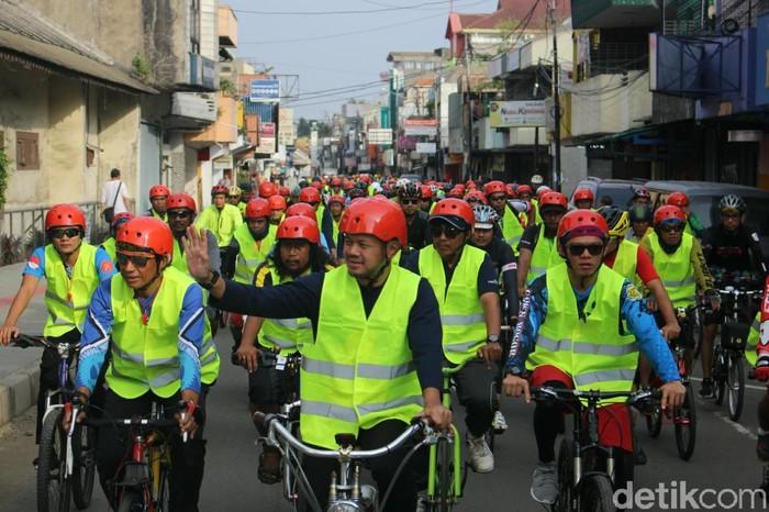 Walikota Bogor, Bima Arya Sugiarto turut meramaikan #TeuHayangRokok Festival dengan bersepeda pada Sabtu (24/11/2018). (Foto: Kireina/detikHealth).