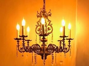 Kisah Wanita Jatuh Cinta dan Bertunangan dengan Tempat Lilin