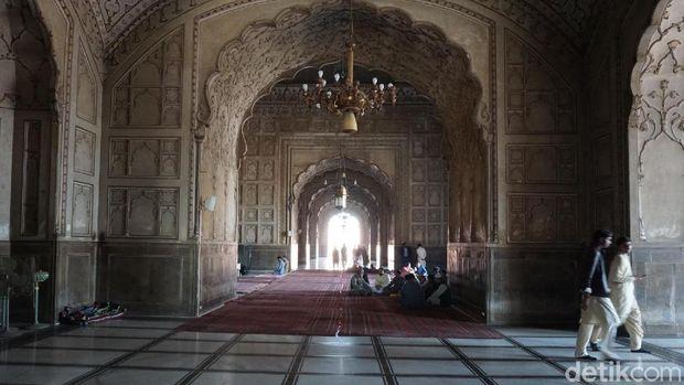 Bagian utama masjid dikelilingi tembok yang merupakan lorong panjang