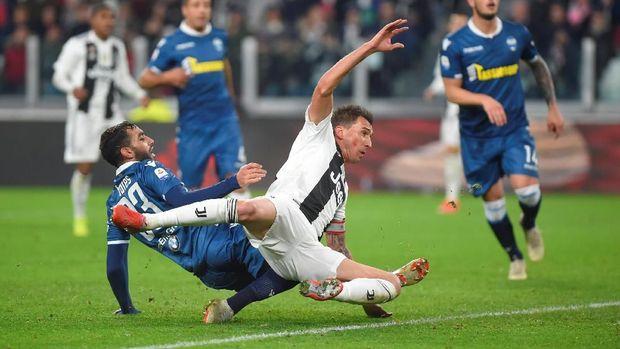 Mario Mandzukic menambah keunggulan Juventus di babak kedua.