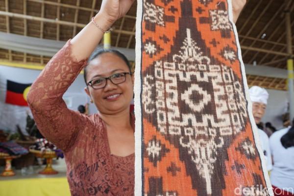 Mahalnya harga kain tenun ini disebabkan oleh panjangnya proses pembuatan dan kerumitan di balik motifnya. Satu kain bisa memakan waktu sampai 2,5 tahun pembuatan (Ditya/detikTravel)