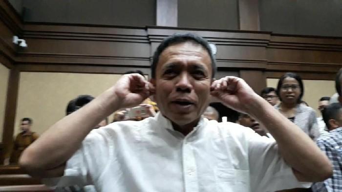 Gubernur Aceh nonaktif Irwandi Yusuf menjalani sidang perdana agenda pembacaan dakwaan kasus suap dan gratifikasi. Irwandi mengaku sudah membaca seluruh dakwaan KPK.