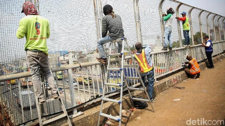 JPO Dipasangi Pagar Kawat untuk Cegah Teror Pelemparan Batu