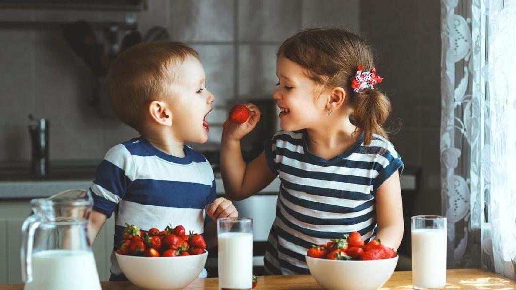 3 Cara Mengurangi Kecemburuan Kakak dan Adik