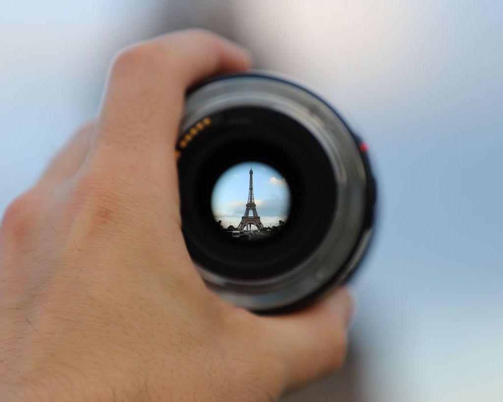 Seorang pria bernama Niall Moore memiliki kecintaan di bidang fotografi. Ia menggunakan lensa kamera untuk menunjukkan beragam keindahan arsitektur dan kota yang pernah ia kunjungi di sejumlah negara di dunia. Seperti saat ia memotret keindahan kota Paris dengan Menara Eiffle-nya yang populer. Istimewa/Boredpanda.