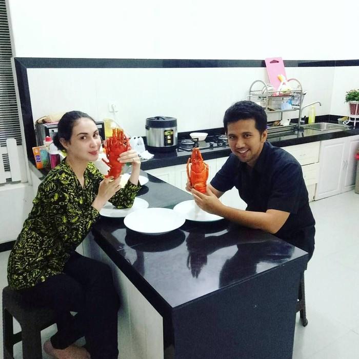 Pria kelahiran Jakarta, 20 Mei 1984 ini resmi menikahi aktris cantik Arumi Bachsin pada 30 Agustus 2013. Kali ini mereka akan memasak lobster, hasil laut Trenggalek. Foto: Instagram emildardak