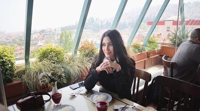 Angbeen Rishi tengah menyita perhatian publik setelah dilamar pujaan hatinya Adly Fairuz. Dara berambut panjang ini punya tubuh langsing namun siapa sangka aslinya doyan makan. Foto: Instagram Angbeen Rishi