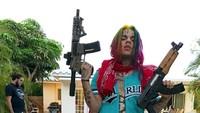 Selain itu ia juga didakwa atas kepemilikan senjata api tanpa izin.Dok. Instagram/6ix9ine