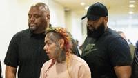 6ix9ine pun langsung dicari polisi dan ditahan karena pengakuannya tersebut. Bob Levey/Getty Images