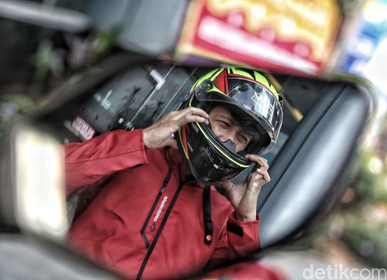Rider mengenakan helm. Foto: Pradita Utama