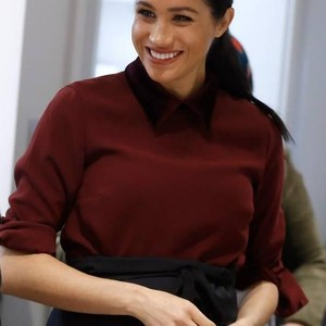 Meghan Markle Pamer Perut Buncitnya di British Fashion Awards 2018