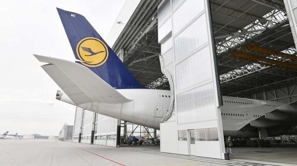 Pintu hangar tidak bisa menutup keseluruhan karena sirip ekor Airbus A380 terlalu panjang. Pesawat ini memiliki panjang 73 meter (Munich Airport/CNN Travel)