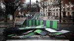 Foto: Mobil Hangus dan Sisa-sisa Demo BBM Ricuh di Paris