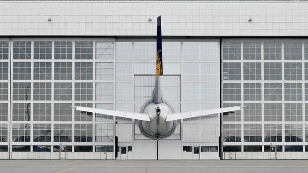 Tampak belakang hanggar saat Airbus A380telah masuk dan pintu ditutup. Kelihatannya seperti terpotong, padahal tidak (Munich Airport/CNN Travel)