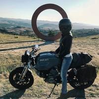 Di akun Instagramnya, ia gemar traveling naik motor lho (oks_voevodina/Instagram)