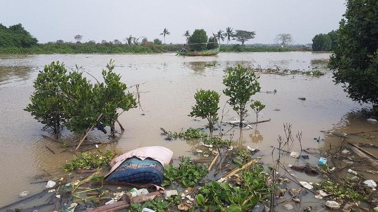 Sampah Berceceran Di Teluk Banten Dari Kasur Hingga Plastik