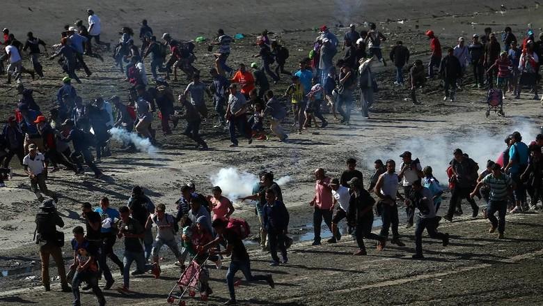 [invasion] Imigran Ilegal Terobos Perbatasan, AS Tembakkan Gas Air Mata