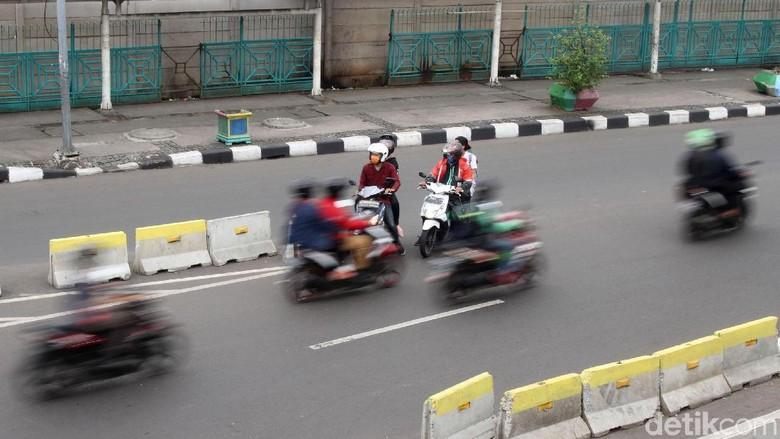 Pemotor melawan arus lalu lintas. Foto: Rifkianto Nugroho
