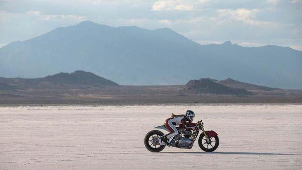 Royal Enfield Continental GT 650 Twin di padang garam, Utah, Amerika Serikat.