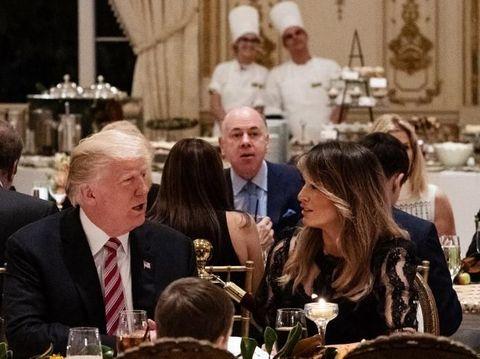 Melania Trump memakai gaun hitam Dolce & Gabbana.