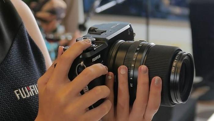 Kamera Fujifilm GFX 50R yang baru dirilis di Indonesia (Foto: Dok. Enche Tjin)