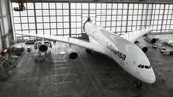 Pesawat harus masuk hangar karena ada pekerjaan perawatan. Pihaknya tak ingin para pekerja menggigil saat musim dingin di Jerman (Munich Airport/CNN Travel)