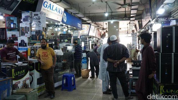 Pasar dan tempat perbelanjaan di Karachi masih buka