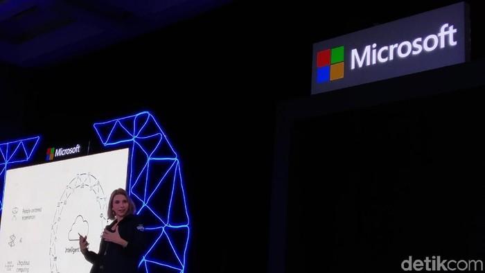 Presiden Microsoft Asia Pacific Andrea Della Matea bicara soal bisnis cloud pihaknya, menyinggung panjang kabel fiber pusat data (Foto: Muhamad Imron Rosyadi/detikINET)