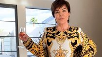 Pakai Versace Head to Toe, Gaya Kris Jenner Ini Mencapai Rp 100 Jutaan