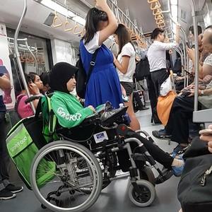 Foto Viral Wanita Berkursi Roda Antar Pesanan GrabFood, Bikin Netizen Salut
