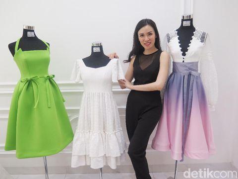 Cynthia Tan dan koleksi busana siap pakai rancangannya.