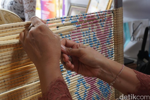 Proses pembuatan motif ini disebut medbed. Caranya dilakukan dengan mengikatkan tali rafia untuk menyusun motif. Semakin rumit motif, harga kainnya semakin mahal (Ditya/detikTravel)