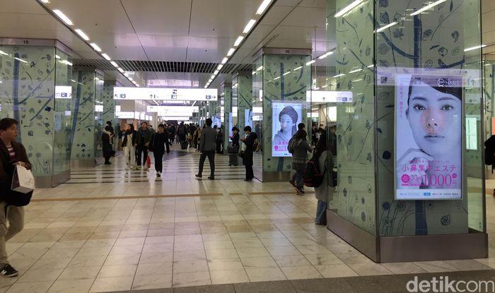 Stasiun Hakata City dibuka baru pada tahun 2011 seiring dengan dioperasikannya kereta Shinkansen Kyushu oleh JR Kyushu.