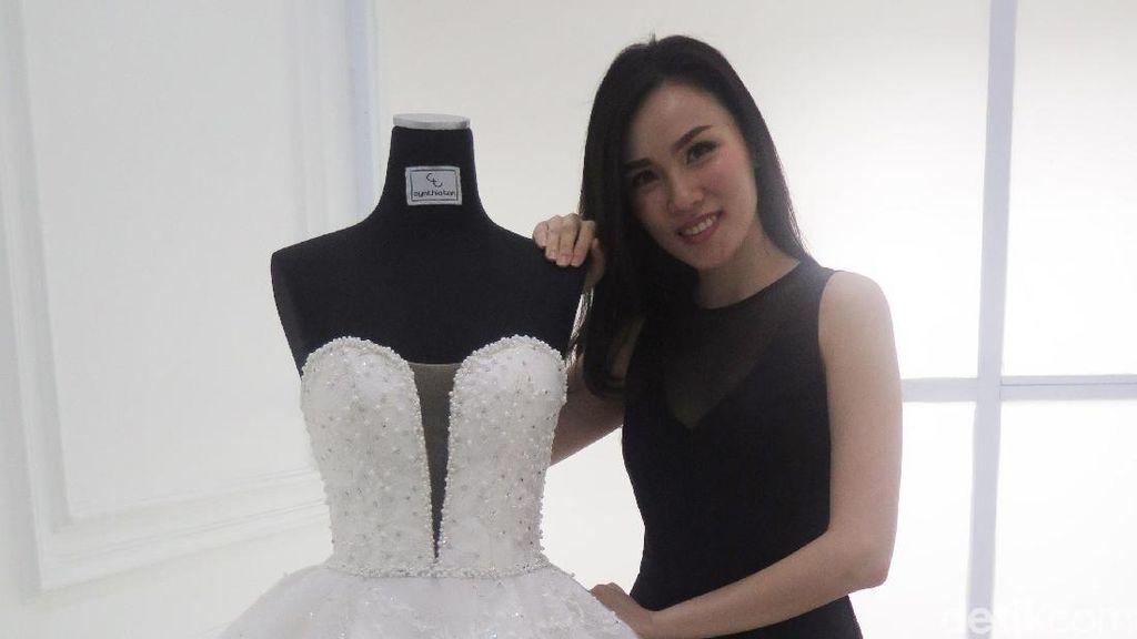 Mengenal Cynthia Tan, Desainer Gaun Pengantin Favorit Sandra Dewi dan Raisa