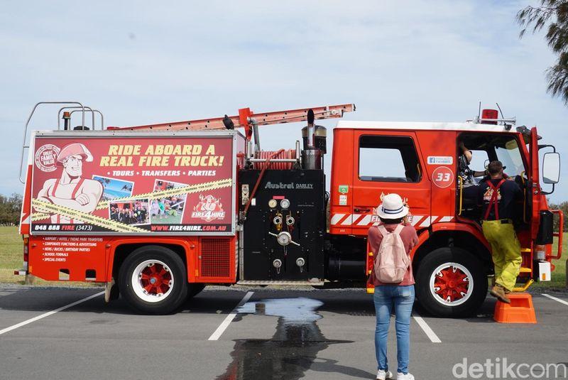 Melalui aktivitas bernama Fire4Hire, traveler bisa merasakan sensasi menjadi pemadam kebakaran (Melisa/detikTravel)