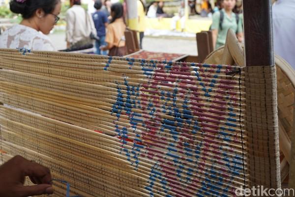 Tidak semua warga Desa Tenganan menenun. Ada pembagian tugas, masing-masing memiliki keahlian tertentu dan dibayar sesuai jasanya. Ada yang proses (benang), ada yang ngiket (dibayar Rp 120 ribu/desain), ada juga yang nenun (dibayar Rp 450 ribu/lembar untuk ukuran medium) (Ditya/detikTravel)