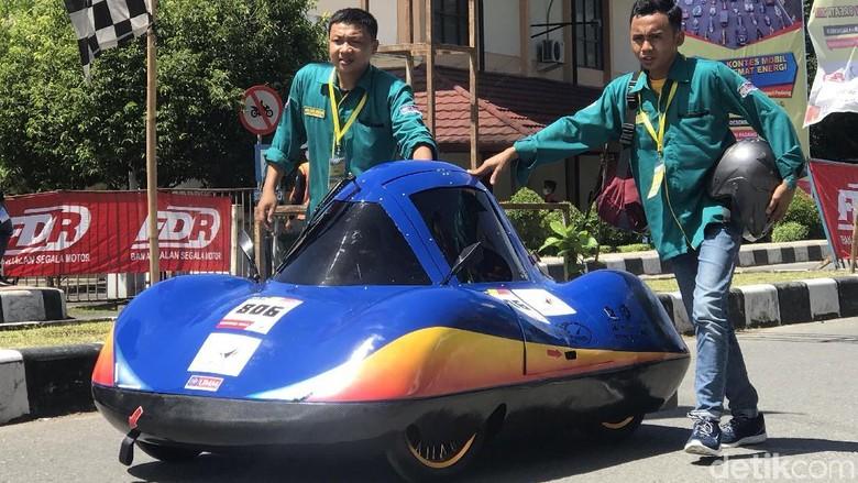 Peserta kontes mobil hemat energi di Padang, Sumbar (Foto: Jeka Kampai)