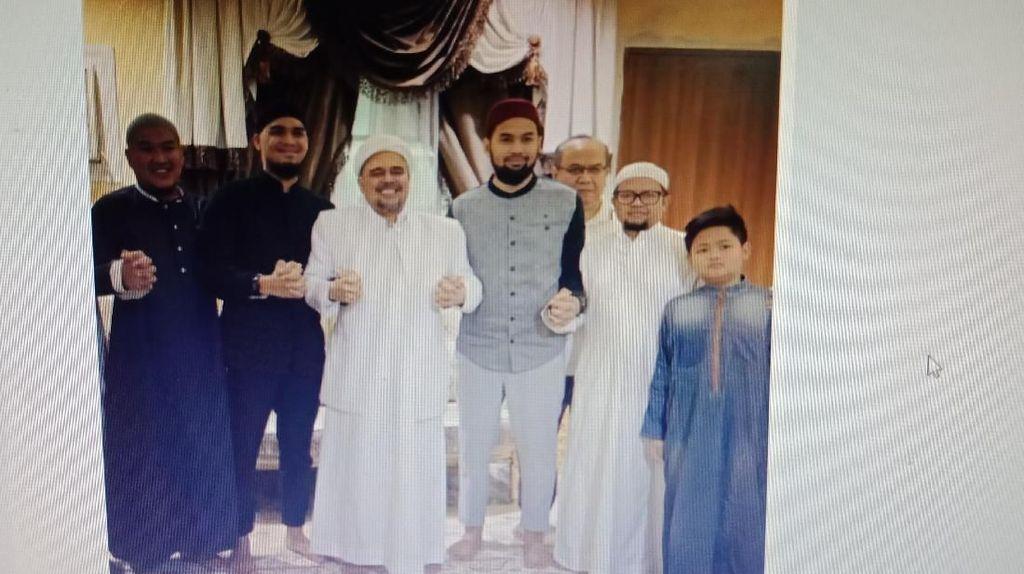 Senyum Teuku Wisnu dan Mario Irwinsyah Bertemu Habib Rizieq di Mekkah