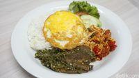 Kenyang dan Puas! Makan Nasi Plus Lidah Balado dan Salted Egg Chicken