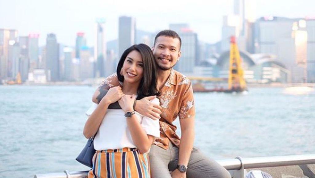 Romatis Banget, 7 Potret Tyas Mirasih Liburan Bareng Suami