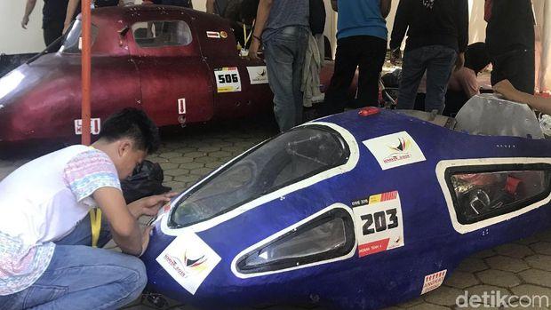 Mahasiswa peserta kontes tengah menyiapkan mobil hemat energi buatannya