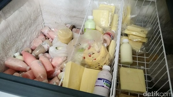 Selain susu segar, traveler juga bisa mencoba susu dengan aneka rasa seperti cokelat dan strawberry. Ada pula aneka keju untuk oleh-oleh (Randy/detikTravel)