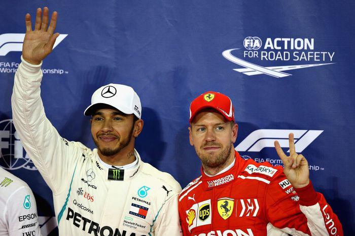 Lewis Hamilton dan Sebastian Vettel bertukar helm. (Foto: Charles Coates/Getty Images)