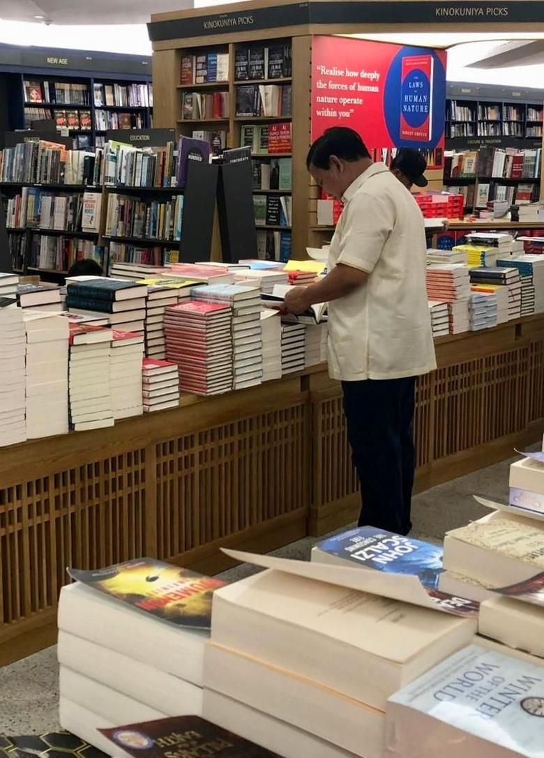 Usai Bertemu PM Lee, Prabowo Mampir ke Toko Buku di Singapura