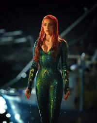 Amber Heard menjadi Princess Mera, yang membantu Arthur (Jason Momoa) dalam film Aquaman. Peran Mera sangat penting dalam keberlangsungan dunia Atlantis dan membantu Arthur dalam petualangannya (DC Entertainment)