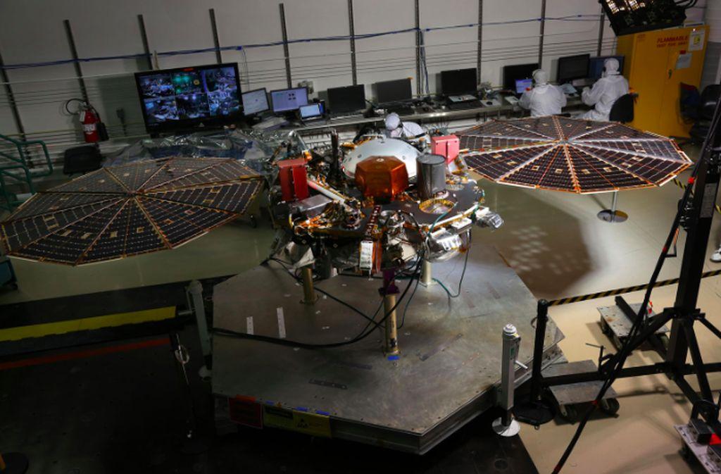Inilah wujud robot InSight ketika sedang diujicoba di fasilitas Lockhedd Martin di Colorado. Foto: NASA