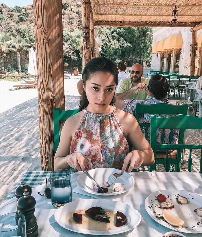Cantiknya! Sering travelling, Nikita Willy pun terlihat sedang sarapan di salah satu restoran yang ada di Bodrum, Turki. Foto: Instagram @nikitawillyofficial94