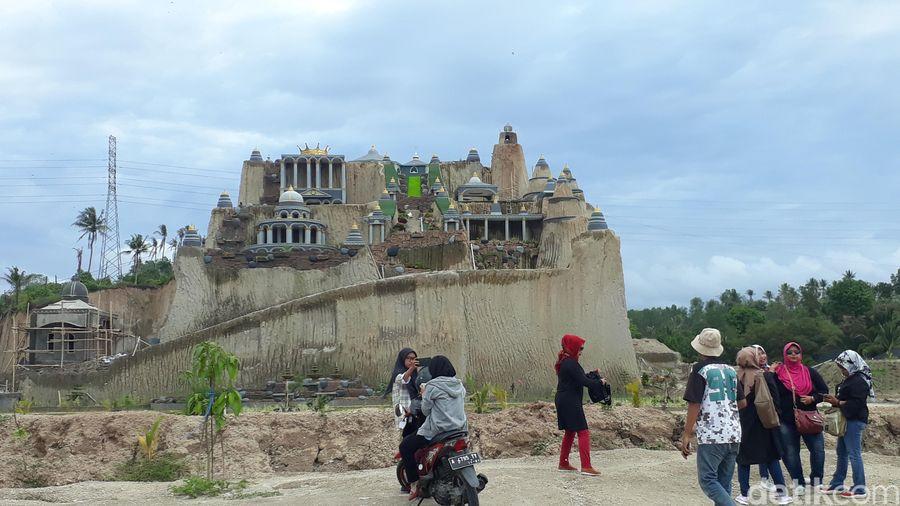 Ada yang tak biasa di Jalan Lingkar Selatan (JLS) Kota Cilegon, Banten. Lokasi yang dulunya tambang pasir itu disulap jadi istana negeri dongeng. (M Iqbal/detikTravel)
