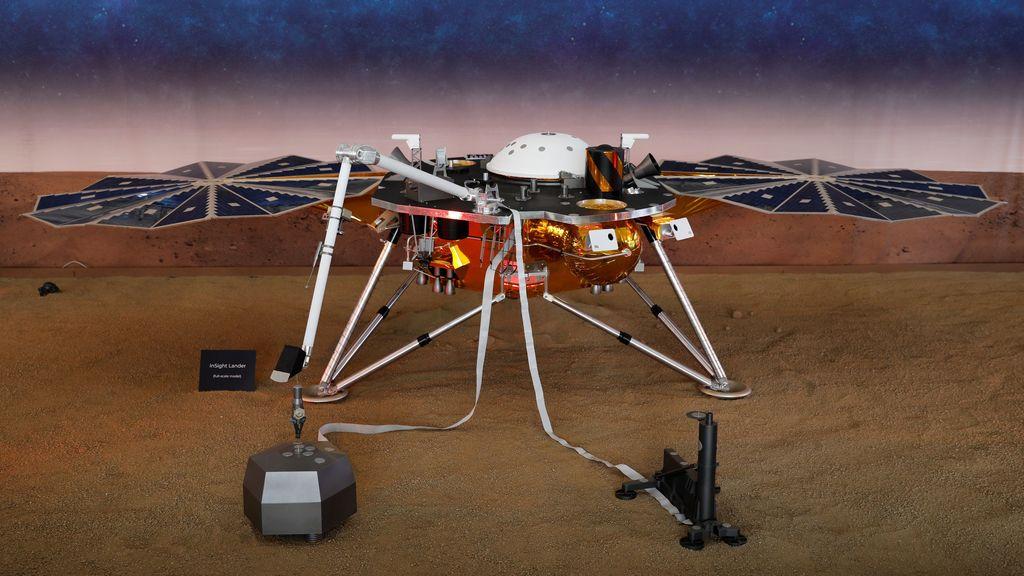 Ini replika robot InSight yang sukses mendarat di permukaan planet Mars. Foto: Reuters