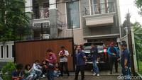 2 Jam Olah TKP Penggerebekan, Polisi Bawa Kayu Pintu Rumah Angel Lelga